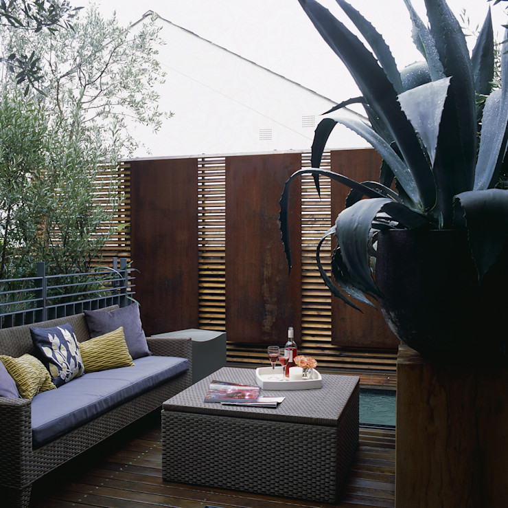 Terrace with decorative copper panels containing lighting and architectural planting. Space Alchemy Ltd Moderne tuinen