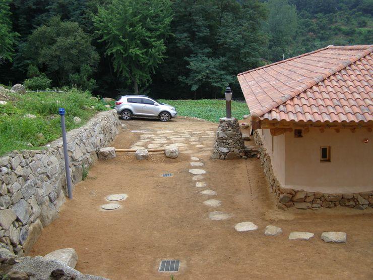 자연석 화강암으로 마무리한 주차장과 구들의 굴뚝 다우리공방
