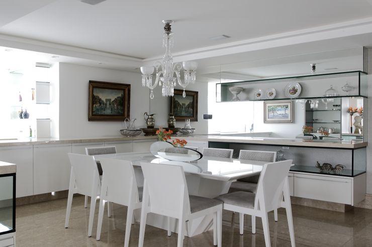 ROMERO DUARTE & ARQUITETOS Classic style dining room