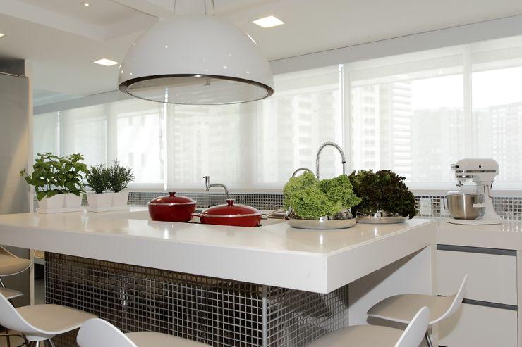 ROMERO DUARTE & ARQUITETOS Modern kitchen