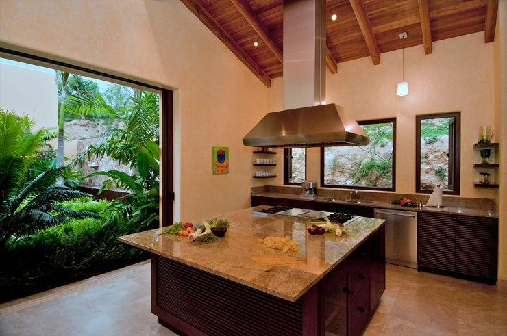 BR ARQUITECTOS Cucina in stile tropicale