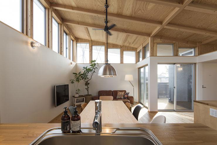 株式会社建楽設計 Salas de estar modernas