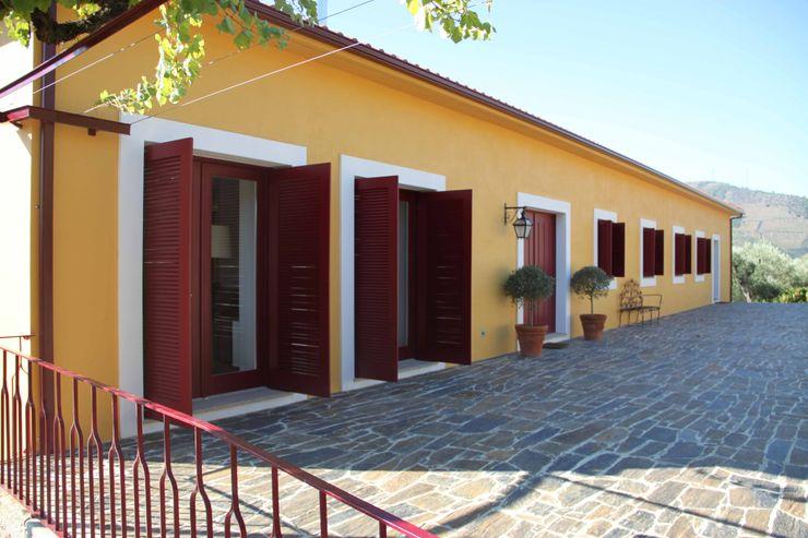 Fachada Tardoz Germano de Castro Pinheiro, Lda Casas rústicas Amarelo