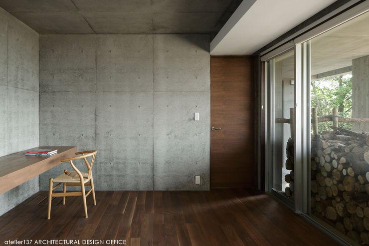 atelier137 ARCHITECTURAL DESIGN OFFICE غرفة الميديا أسمنت Grey