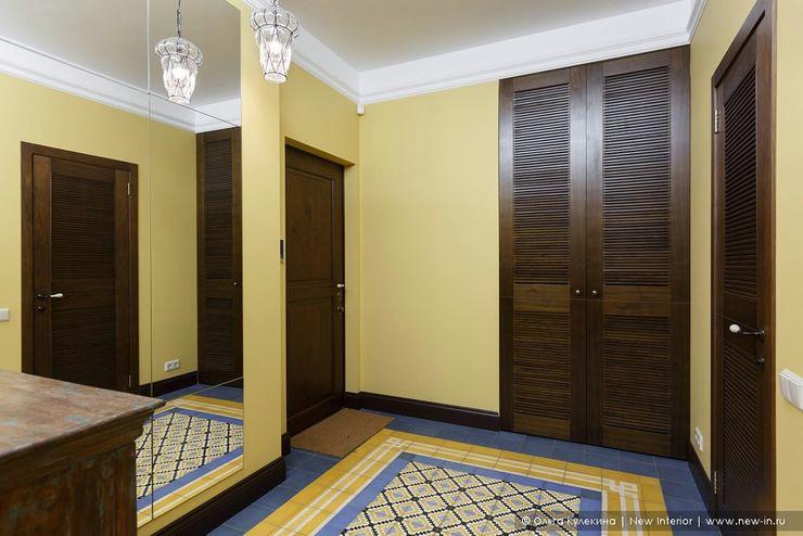 Квартира на Петроградке в колониальном стиле Ольга Кулекина - New Interior Коридор, прихожая и лестница в колониальном стиле Желтый