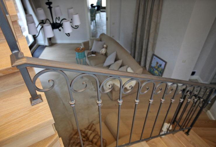 Дизайн-студия интерьера 'ART-B.O.s' Classic style corridor, hallway and stairs