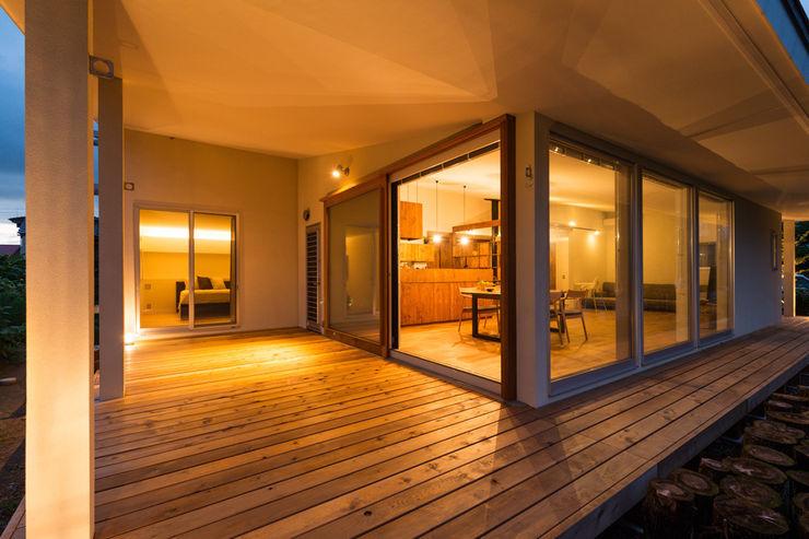 エヌ スケッチ Balcones y terrazas de estilo moderno