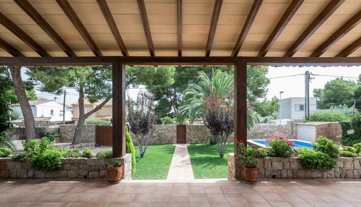 Porche LLIBERÓS SALVADOR Arquitectos Balcones y terrazas de estilo rústico