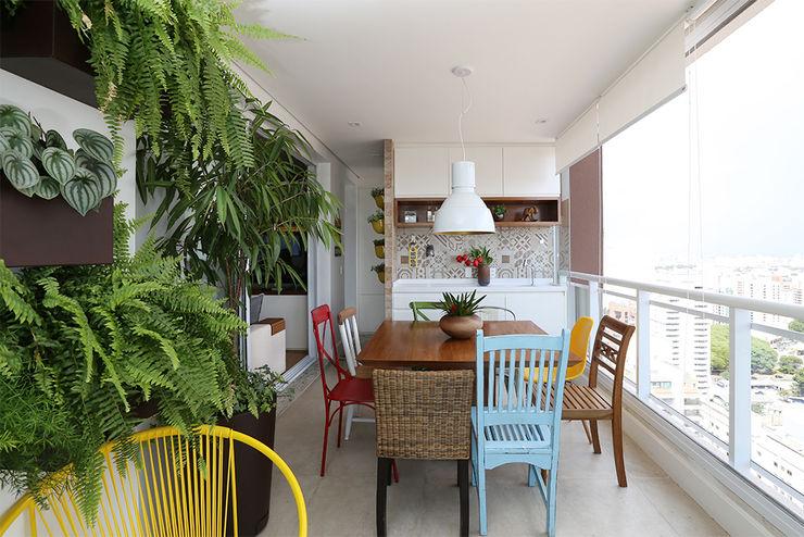 Duda Senna Arquitetura e Decoração Eclectic style balcony, veranda & terrace