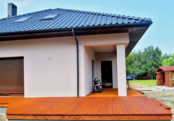 Tarasy-drewniane- Dorota Maciejewska Classic style balcony, veranda & terrace