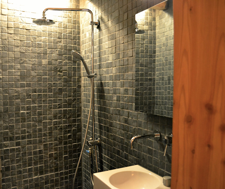 Badezimmer im Erdgeschoss André Rösch Architekt Rustikale Badezimmer