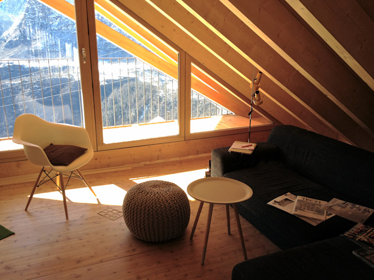 Wohnzimmer im Dachgeschoss André Rösch Architekt Multimedia-Raum im Landhausstil
