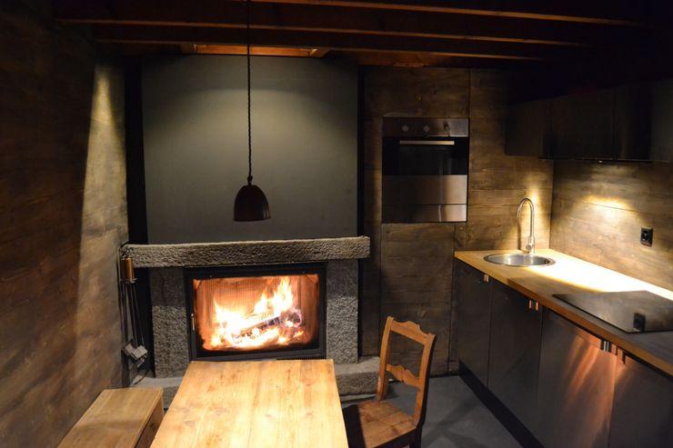 Küche im Erdgeschoss André Rösch Architekt Rustikale Küchen