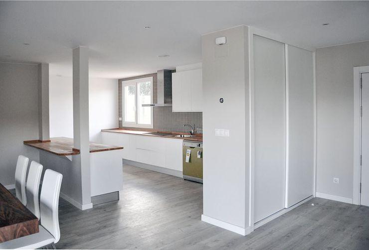 Cocina abierta de una Casa Cube de 150 metros cuadrados en L Casas Cube Cocinas de estilo moderno