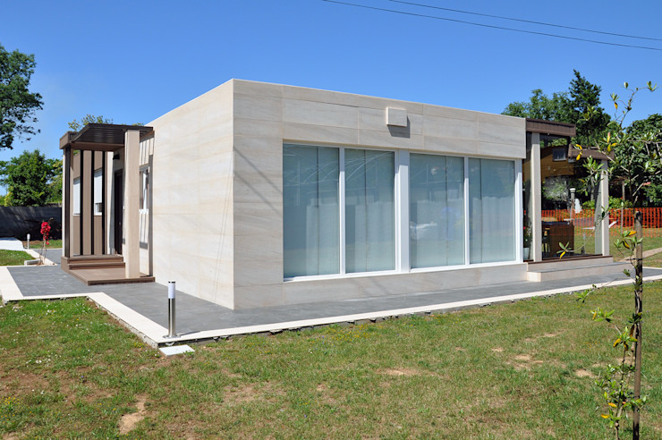 Exterior de una casa de 100 metros cuadrados. Ventanal en el salón comedor. Casas Cube Casas de estilo moderno