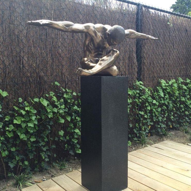 Terrazzo sokkel voor indrukwekkend kunstwerk. Solits Moderne tuinen