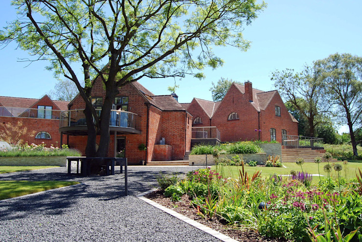 Garden entrance and tree seat Lush Garden Design 모던스타일 정원