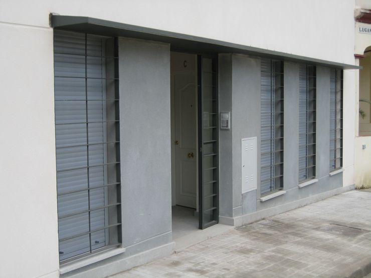 Entrada Arquibox Puertas y ventanas de estilo minimalista