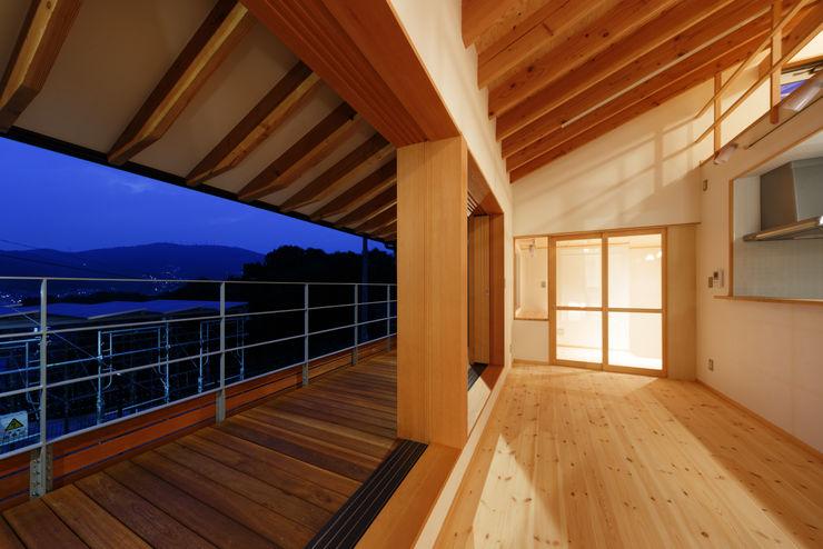 リビング・デッキテラス 建築工房 at ease モダンデザインの テラス