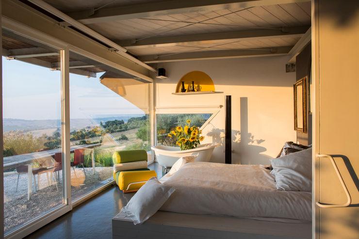 la zona letto RoccAtelier Associati Camera da letto moderna Bianco