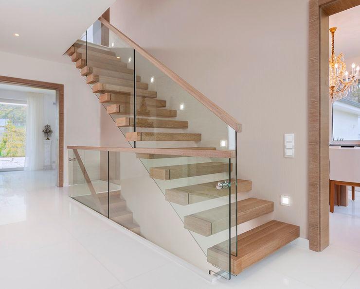 Trąbczyński ミニマルスタイルの 玄関&廊下&階段