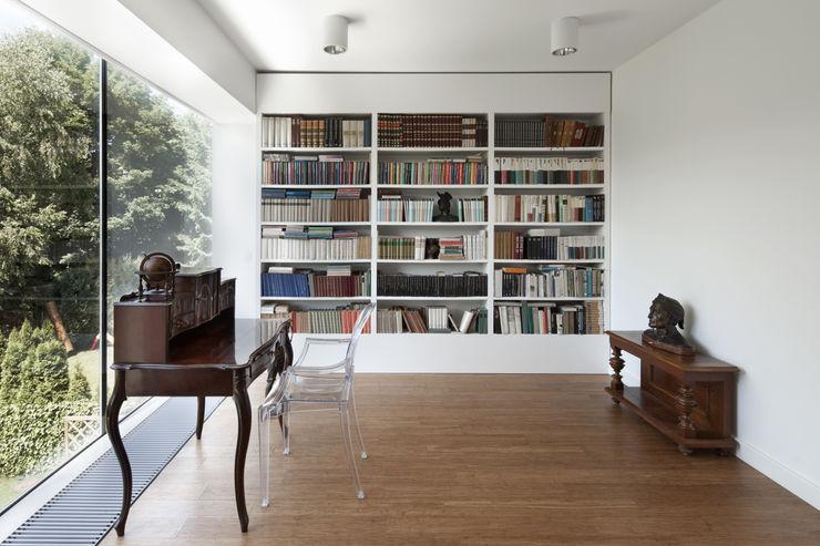 PERFORATED HOUSE INTERIOR KLUJ ARCHITEKCI Nowoczesne domowe biuro i gabinet