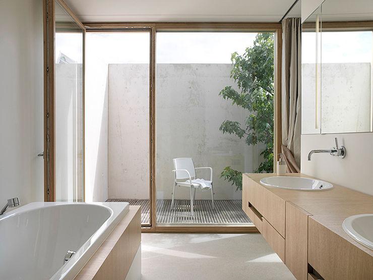 Nasszelle mit Atrium Rossetti+Wyss Architekten Moderne Badezimmer
