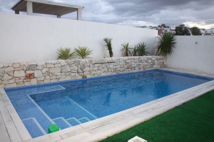 Vista de la piscina Mohedano Estudio de Arquitectura S.L.P. Piscinas de estilo moderno