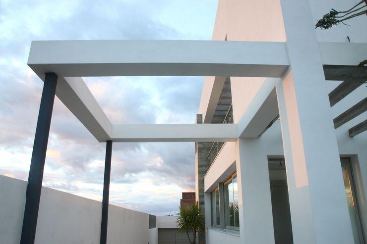 Vista exterior del porche y balcones Mohedano Estudio de Arquitectura S.L.P. Balcones y terrazas de estilo moderno