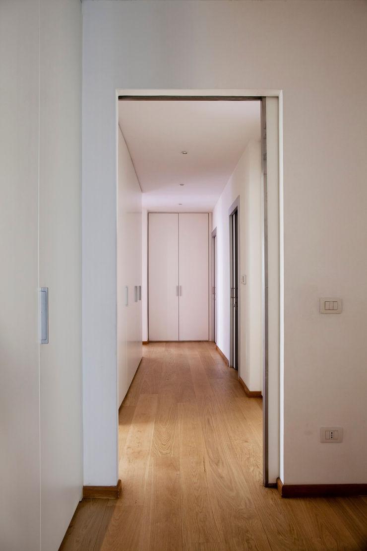 MAT architettura e design Modern corridor, hallway & stairs