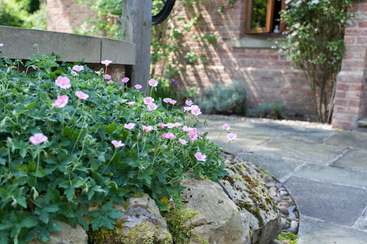 Cottage garden style planting Barnes Walker Ltd Rustic style garden
