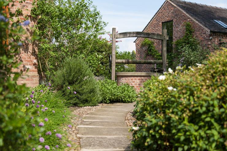 The wishing well Barnes Walker Ltd Rustic style garden