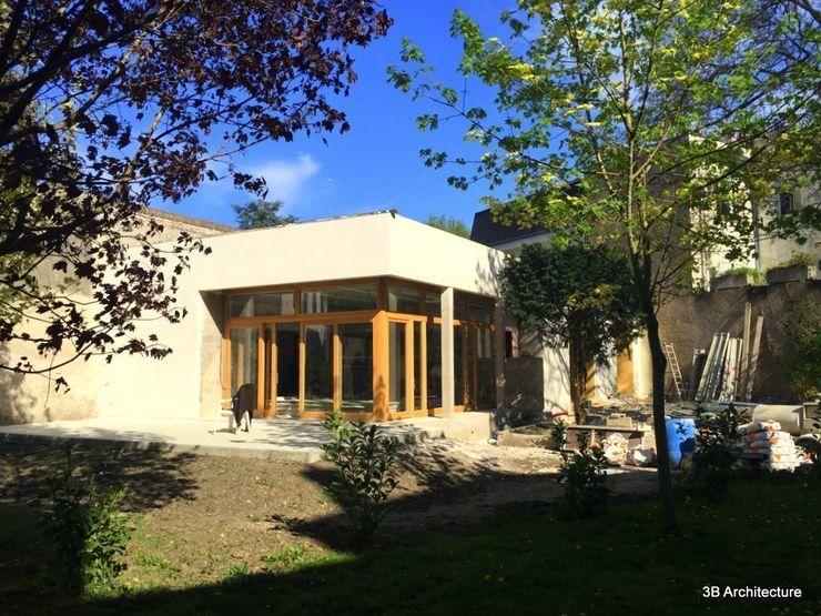 Chantier - Avec la finalisation des enduits extérieurs, la maison prend place dans son site. 3B Architecture Fenêtres & Portes modernes