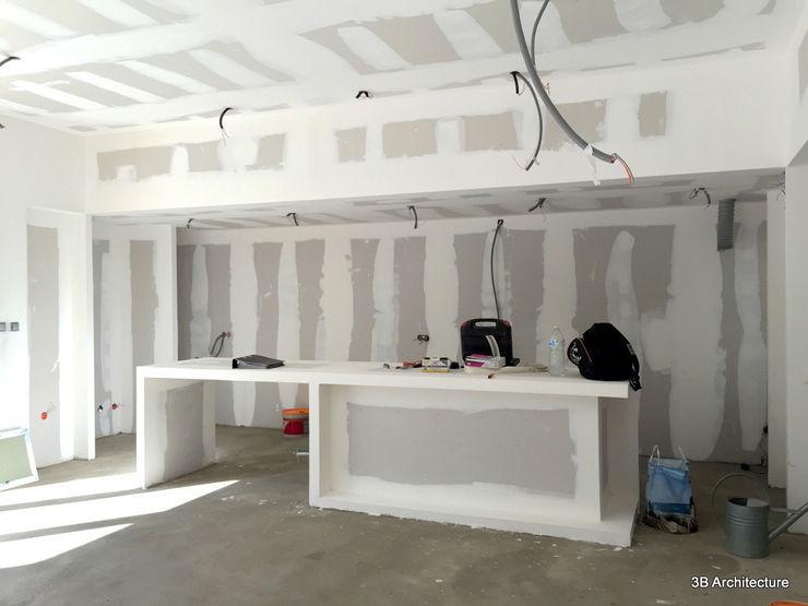 Chantier - L'îlot de cuisine en plâtre, achevé, délimite les usages de l'espace de vie. 3B Architecture