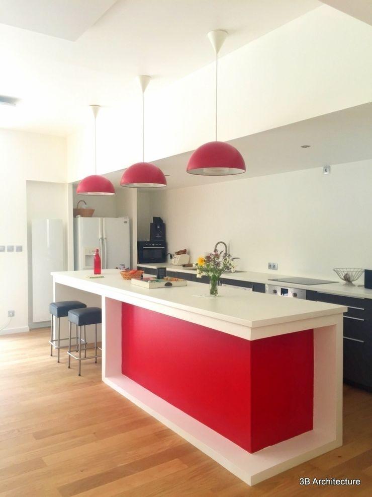 Formes simples et couleurs vives pour l'espace repas. 3B Architecture Cuisine moderne