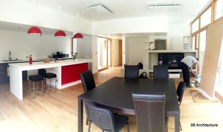 Vue de l'ensemble de l'espace de vie ouvert en cours d'achevement. 3B Architecture Salon moderne