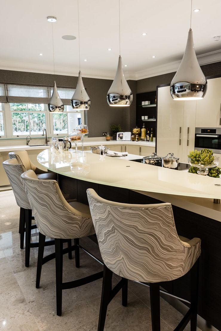 Kitchen with Breakfast Bar Luke Cartledge Photography Cozinhas clássicas