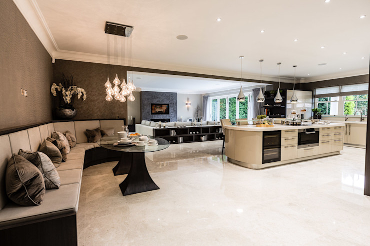 Open-Plan Kitchen, Dining Room and Media Room Luke Cartledge Photography Cozinhas clássicas