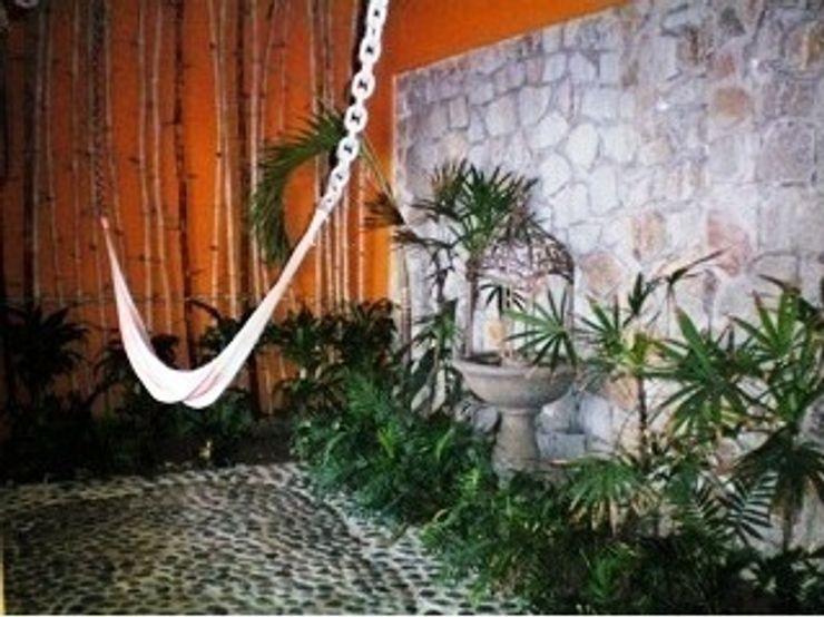 Vista del jardin y cubo vertical de ventilacion ARQUELIGE Jardines tropicales