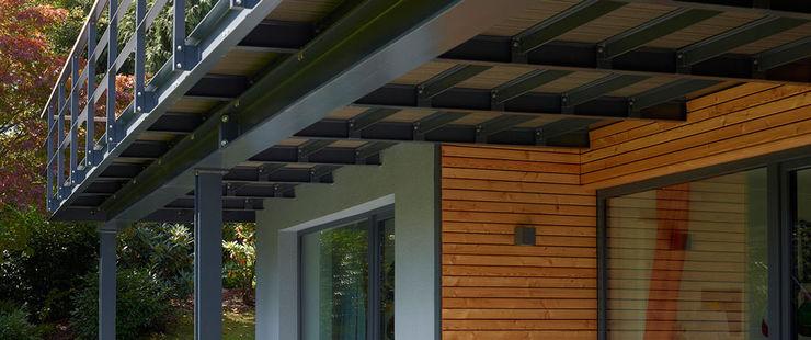 Elegante Sachlichkeit – energetische Sanierung eines Einfamilienhauses mit Balkon insa4 ingenieure sachverständige architekten Moderner Balkon, Veranda & Terrasse