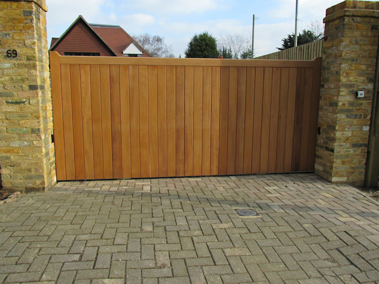 Front View of Metal Framed, Wooden Boarded Electric Gate Portcullis Electric Gates Minimalist style garden