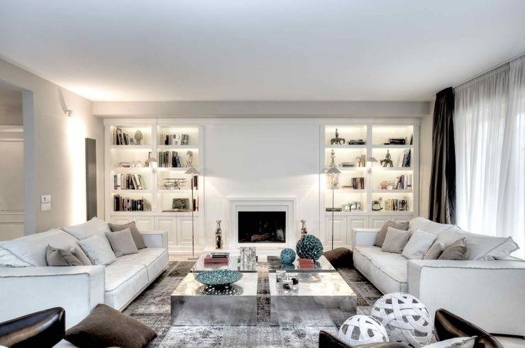 Salotto con camino e librerie Ernesto Fusco Soggiorno moderno Legno Bianco