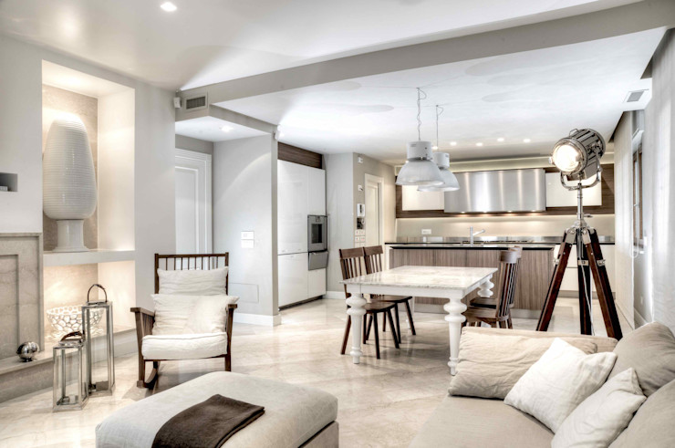 Cucina con angolo salotto e camino Ernesto Fusco Cucina moderna Legno Bianco