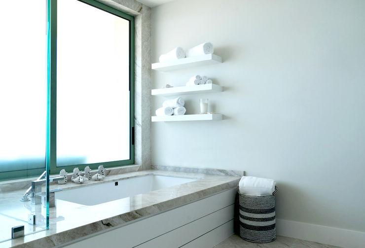 Erika Winters® Design Baños de estilo moderno