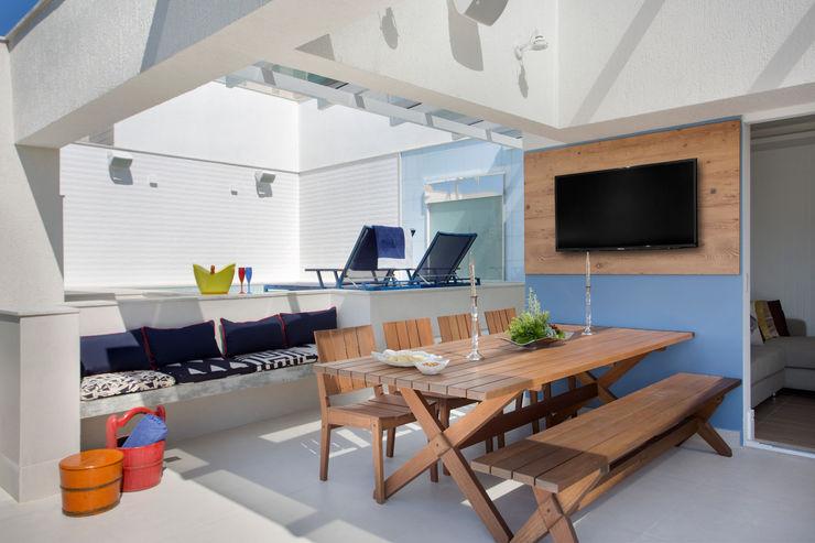 Espaço para refeições Ana Adriano Design de Interiores Varandas, marquises e terraços tropicais Madeira Azul