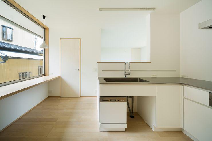 市原忍建築設計事務所 / Shinobu Ichihara Architects Scandinavische keukens Metaal Wit