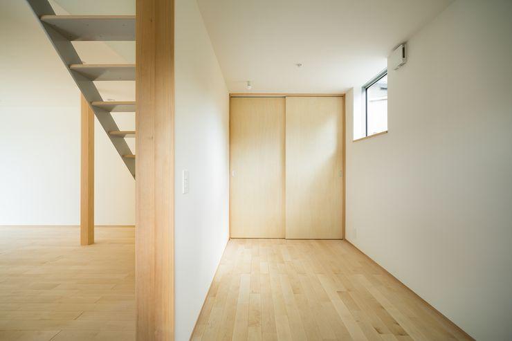市原忍建築設計事務所 / Shinobu Ichihara Architects Scandinavian style nursery/kids room Plywood Wood effect