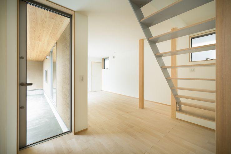 市原忍建築設計事務所 / Shinobu Ichihara Architects Scandinavische gangen, hallen & trappenhuizen Metaal Grijs