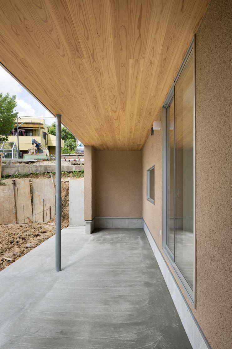 市原忍建築設計事務所 / Shinobu Ichihara Architects Scandinavian style balcony, veranda & terrace Solid Wood Beige