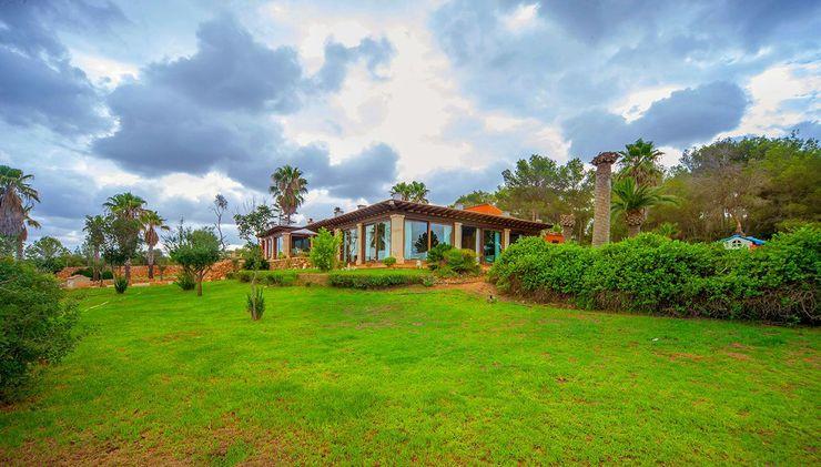 Villa S'Aranjassa Lola Jardines de estilo rural Piedra Verde